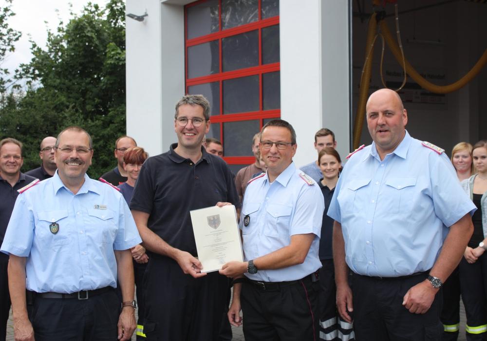 Dr. Oliver Junk (2. von links) überreicht Ortsbrandmeister Jens Warnecke (2. von rechts) die Ernennungsurkunde. Mit ihm freuen sich die stellvertretenden Stadtbrandmeister Frank Slotta (links) und Jürgen Koch. Foto: Stadt Goslar