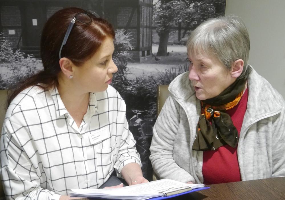 Olga Seewald (links) berät eine Patientin. Foto: Helios Klinik Wittingen