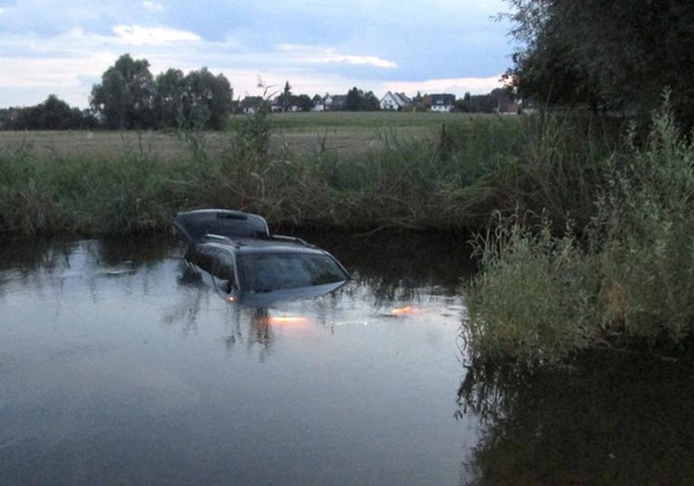 Der SUV machte sich selbstständig und versank in der Mittelriede. Foto: Polizei Braunschweig