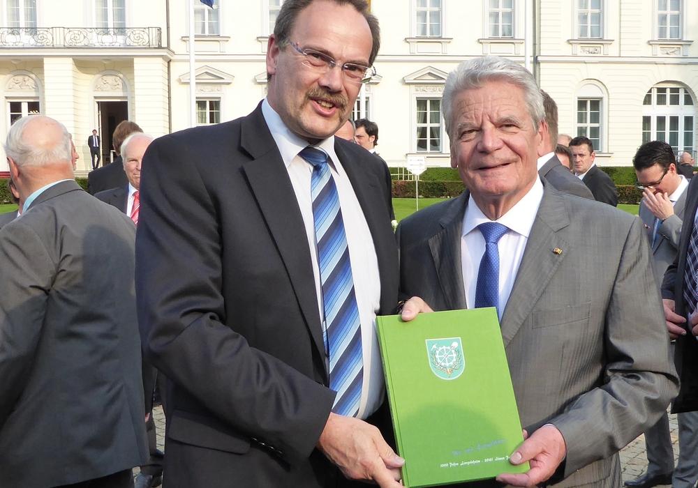 """Hartmut Richter überreichte die Festschrift """"1000 Jahre Langelsheim"""" an den Bundespräsidenten Joachim Gauck. Foto: Privat"""