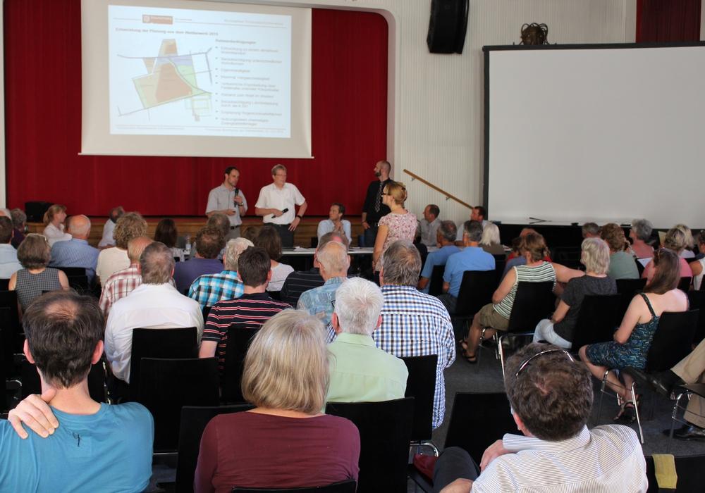 Hitzige Diskussionen bei der Infoveranstaltung zum geplanten Baugebiet Feldstraße/Kälberwiese. Fotos: Max Förster