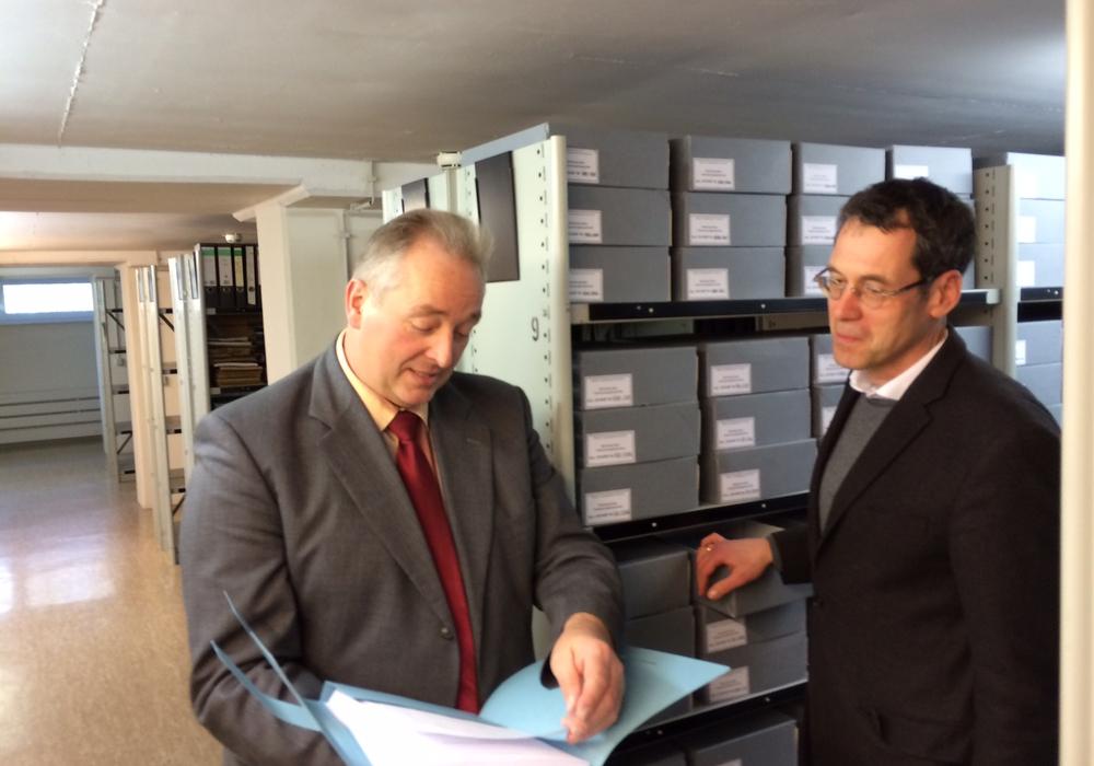 """Frank Oesterhelweg (li.) und Dr. Brage bei der Wieden """"beim Stöbern"""". Foto: CDU"""