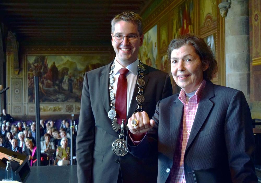 Stolz präsentiert Isa Genzken den Kaiserring. Foto: Stadt Goslar