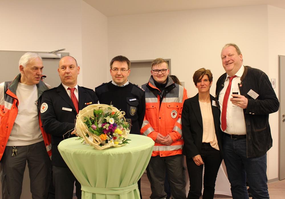 Heimleiter Ulrich Zerreßen (r.) und Pflegedienstleiterin Ursel Ballin bedankten sich bei den zahlreichen Helfern. Fotos: Eva Sorembik
