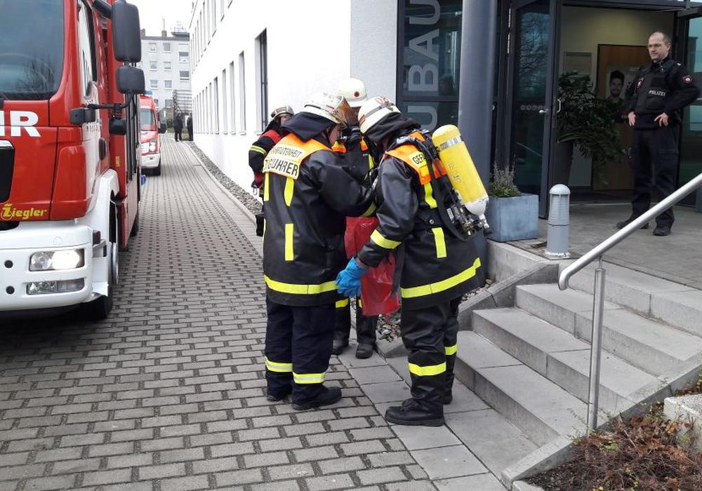 Die Feuerwehr nahm die Säure mit Chemikalien-Bindemittel auf. Fotos: Feuerwehr Wolfenbüttel