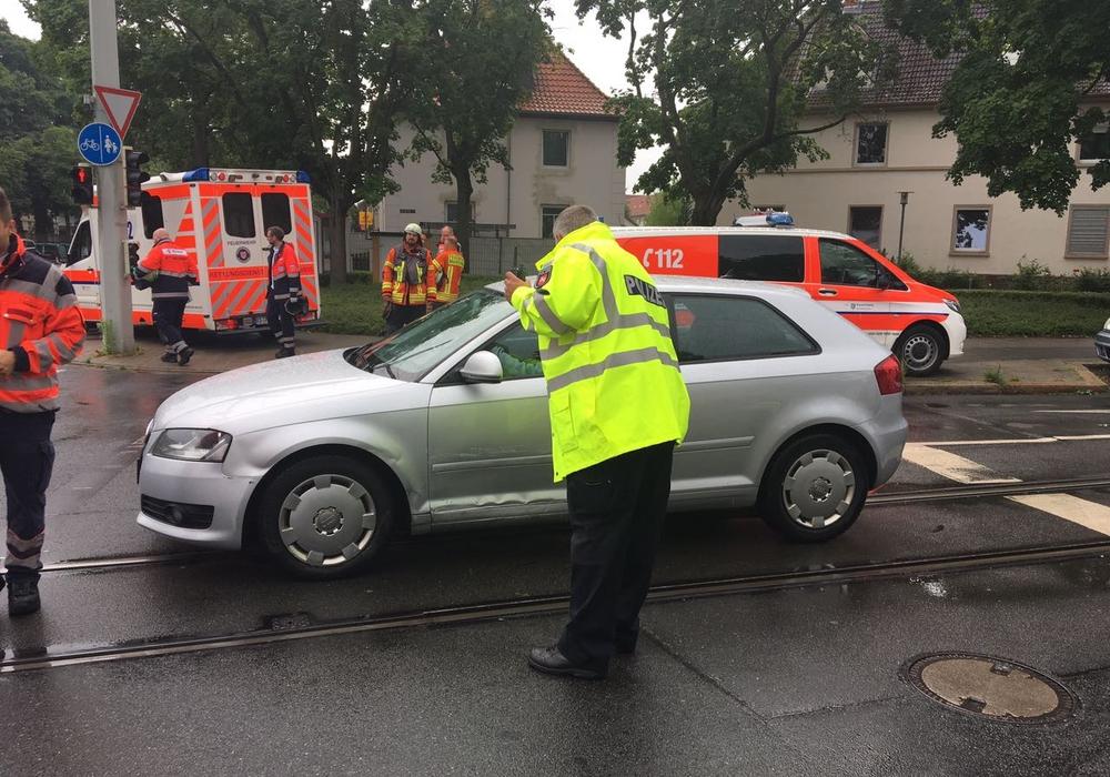 Am Mittwoch kam es zu einem Unfall mit einer Straßenbahn. Die Polizei sucht nun Zeigend es Unfalls. Foto: Fotos: aktuell24 (BM)