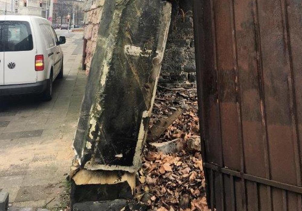 Die Beschädigungen an der denkmalgeschützten Mauer zwischen den ehemaligen Stallscheinen. Foto: privat
