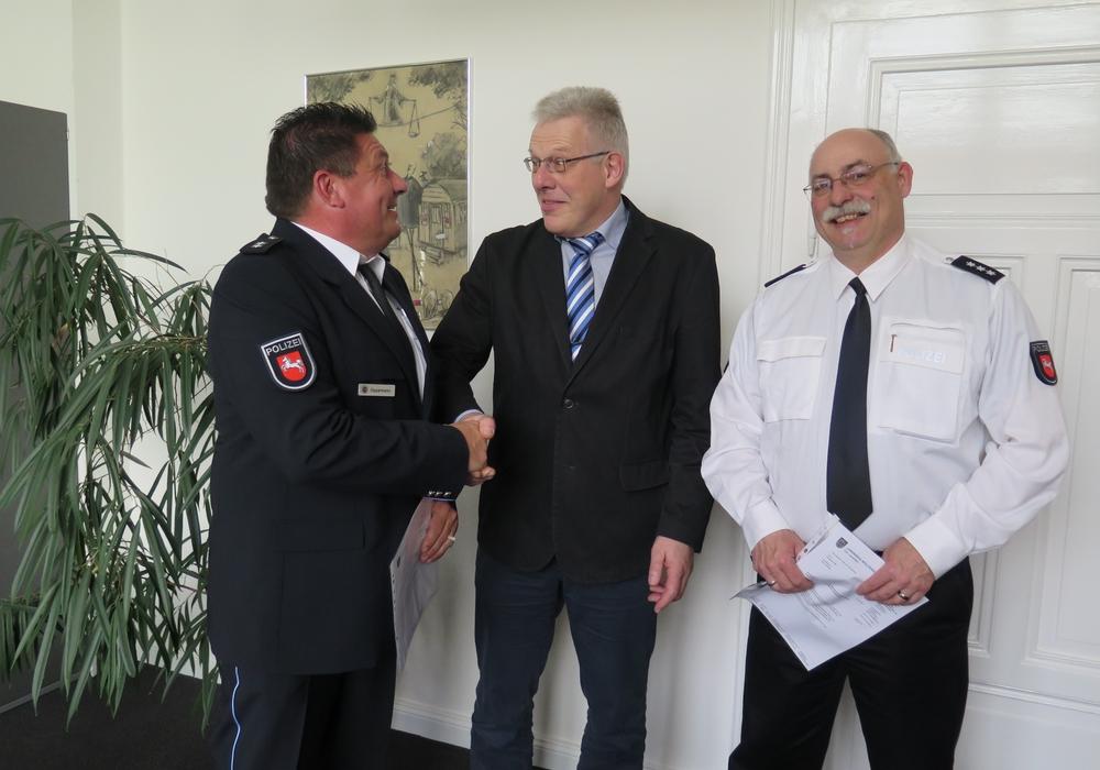 Frank Oppermann, Rüdiger Lehmann und Wolfgang Wilke bei der Verabschiedung aus dem Katastrophenschutzstab. Foto: Landkreis Wolfenbüttel