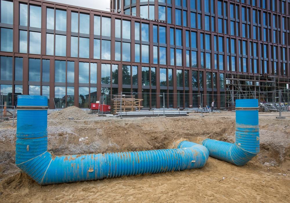 Durch die blauen Rohre wird die Zu- und Abluft für das Business Center II geregelt. Foto: Volksbank BraWo/Peter Sierigk