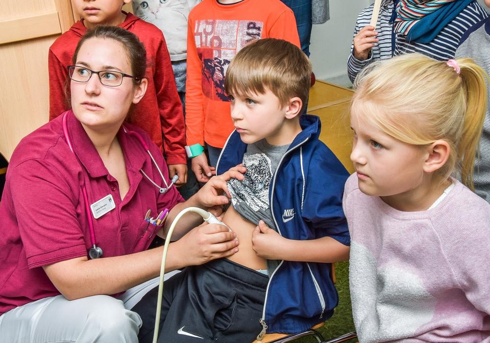 Mit dem Ultraschall schaut Ärztin Leonie Schramm in den Körper von Thomas. Foto: Beate Anskat