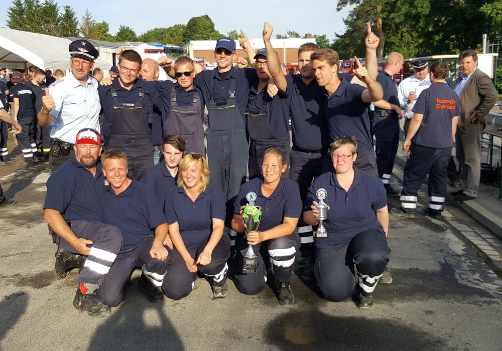16 Gruppen der Feuerwehren aus dem Landkreis Wolfenbüttel stellten sich am Samstag den Kreis-Leistungsüberprüfungen. Als Sieger ging wieder einmal die Feuerwehr Groß Denkte hervor. Fotos: Anke Donner/Markus Rischbieter