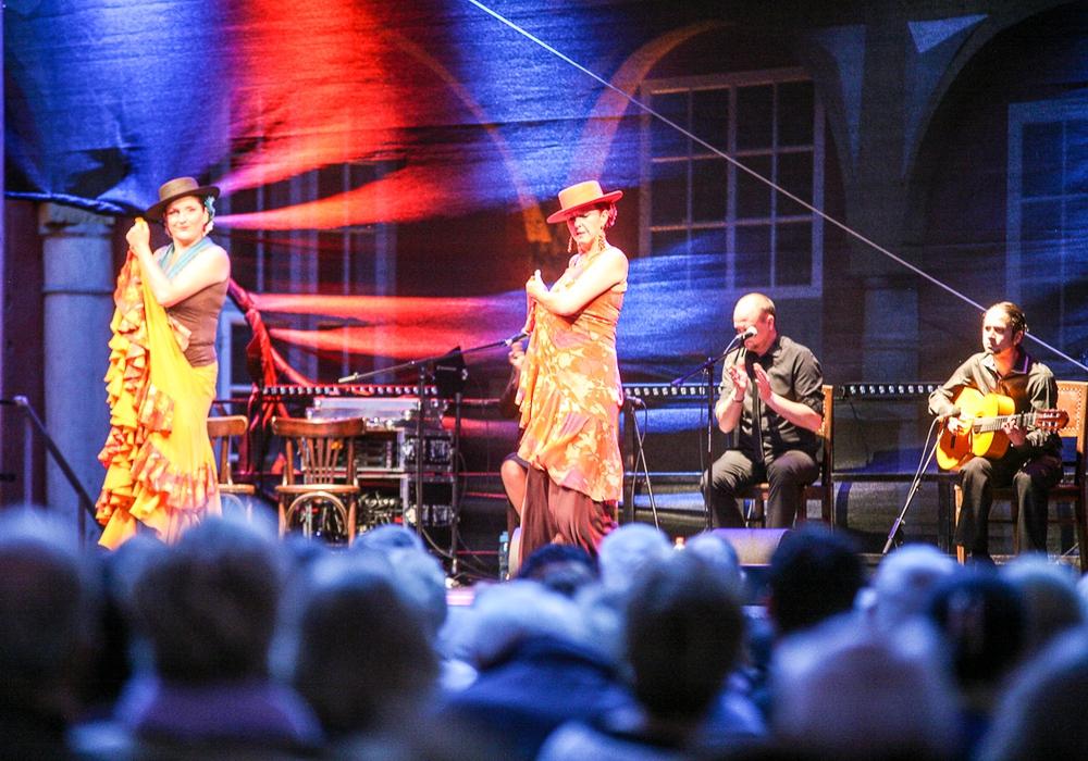 Feurig - leidenschaftlich - Flamenco. Tänzerin Iris Brikey und ihr Ensemble bringen andalusisches Kulturgut in den Schlossinnenhof. Foto: Archiv