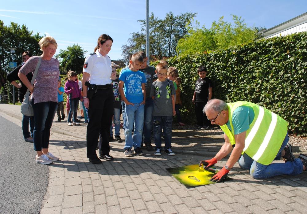 Auf dem Schulweg sollen gelbe Füße das Überqueren der Fahrbahn erleichtern. Archivfoto: Marc Angerstein