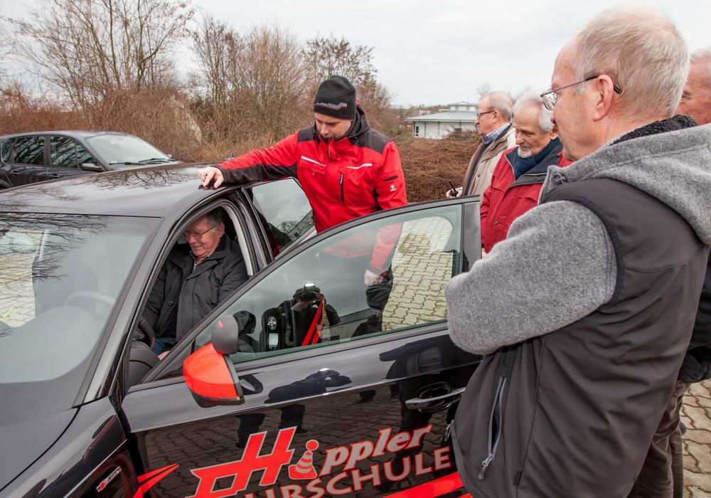 Thomas Hippler erklärt die richtige Haltung im Fahrzeug. Foto: Alec Pein