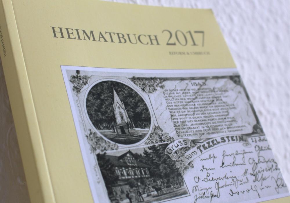 Das aktuelle Heimatbuch enthält viele lohnenswerte Beiträge. Foto: Nick Wenkel