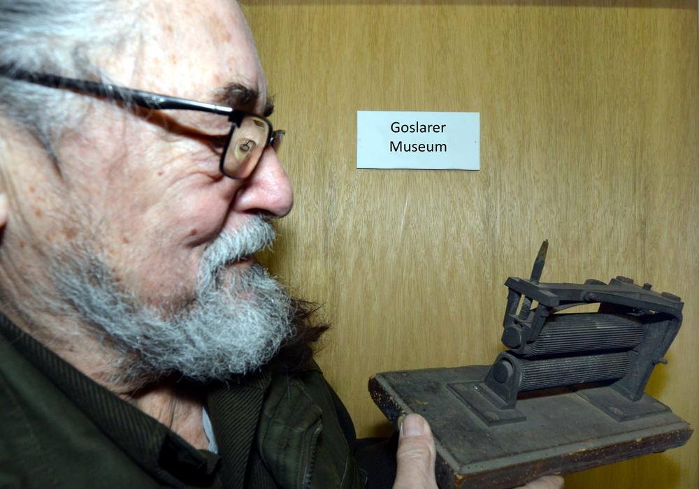 """Der Goslarer Denkmalschützer Friedrich-A. Linke zeigt einen """"Alltagshelfer"""", den es unter anderen beim   Kaminabend des Museumsvereins Goslar im Goslarer Museum zu entdecken gilt. Foto: Privat"""