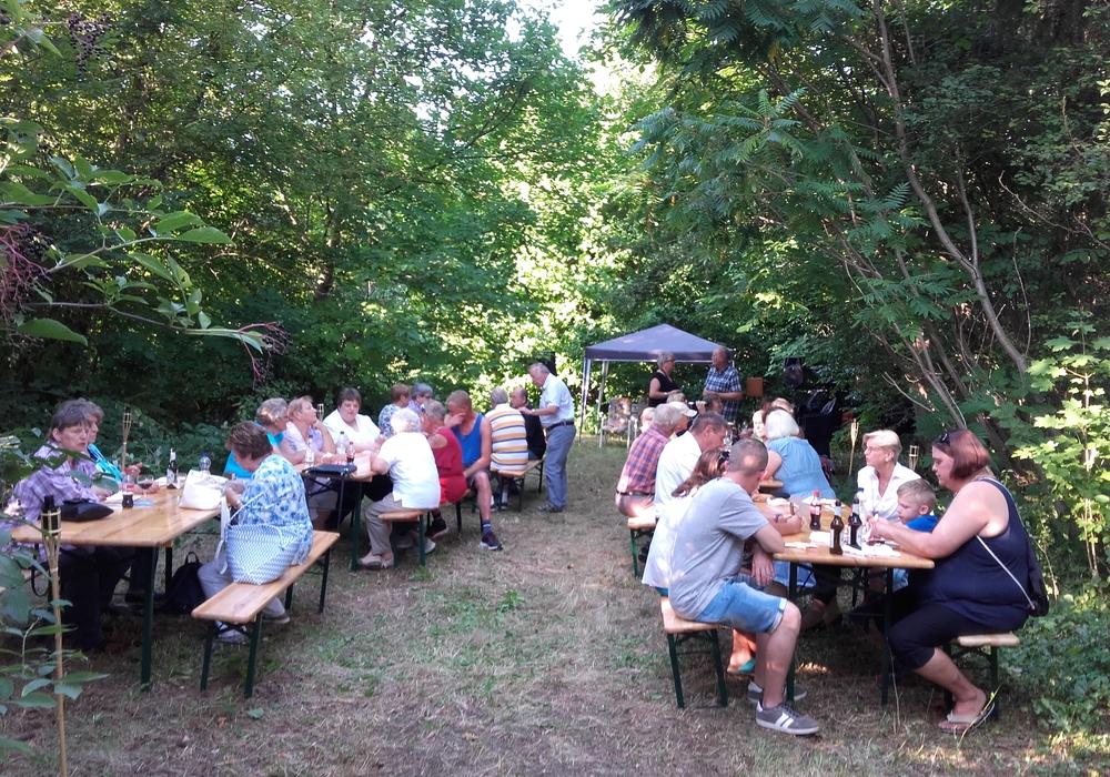 Im lauschigen Leo von Klenze Park genießen die Gäste den Nachmittag. Foto: Förderverein Leo von Klenze Museum e.V.