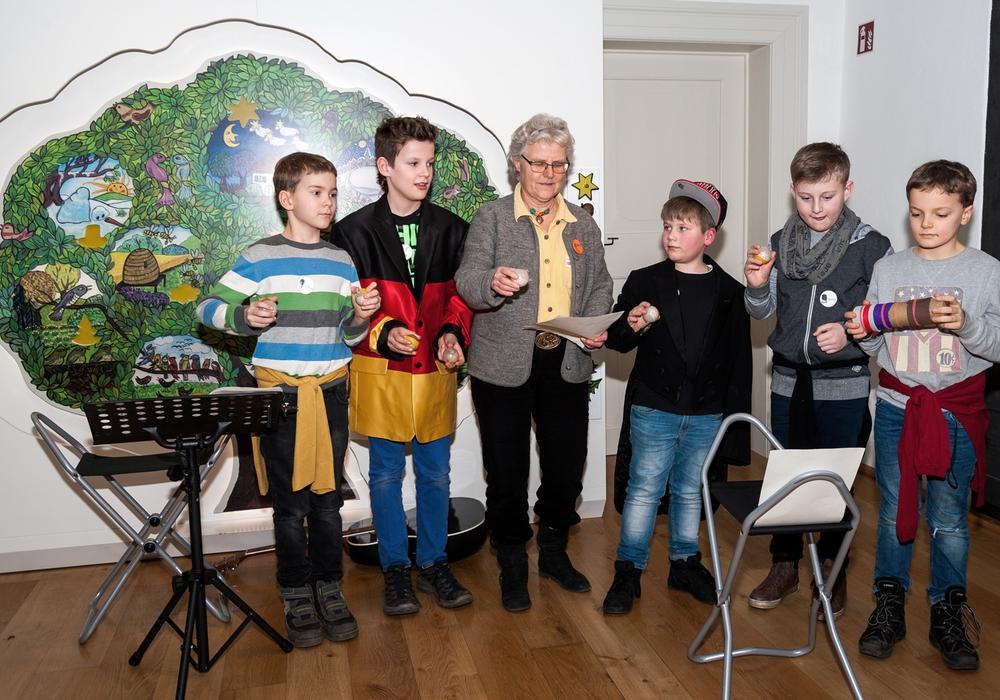 Schüler der Grundschule Fallersleben rappen zusammen mit Elke Schulz eines von Hoffmanns Gedichten. Foto: HvFM/Peter Riewaldt