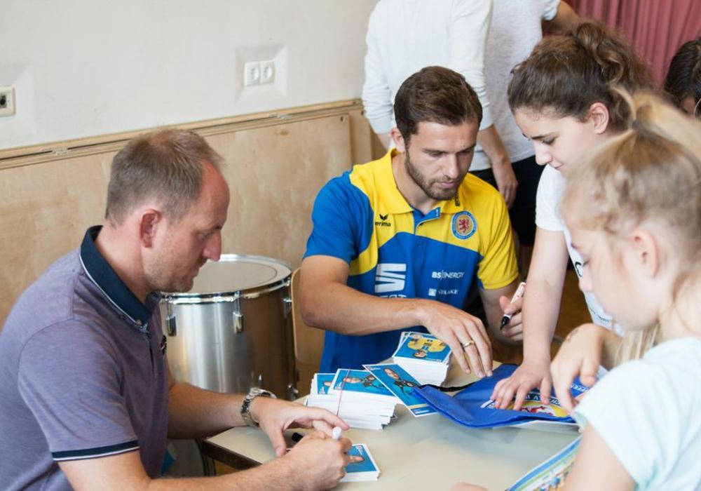Torsten Lieberknecht und Ken Reichel stellten sich den Fragen der Kinder und verteilten Autogramme. Foto: Jens Bartels