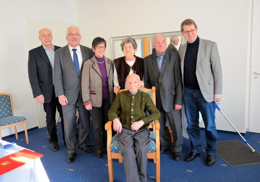 von links: Georg Wipke (OV-Vors. Hattorf), MdB Dr. Wilhelm Priesmeier, Ingrid Baum (Abteilungsvors.), Anneliese Domröse, Walter Dittrich, Ralf Stegner (Stellvertr. Bundesvors. SPD), sitzend Ernst Fahlbusch