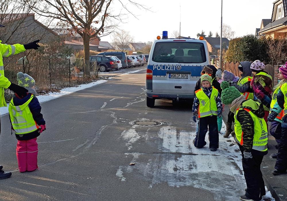 Die Kinder der Grundschule Danndorf erlebten einen Verkehrssicherheitstag im Umfeld ihrer Schule. Zur Absicherung trugen sie die Verkehrsdetekitvweste  der ADAC-Stiftung. Foto: Kreisverkehrswacht Helmstedt e.V.