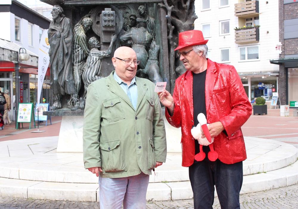 Tenor Quintino Cruciano und Schlagersänger Detlef Meineke auf dem Monument Platz in Salzgitter-Lebenstedt. Foto: Antonia Henker