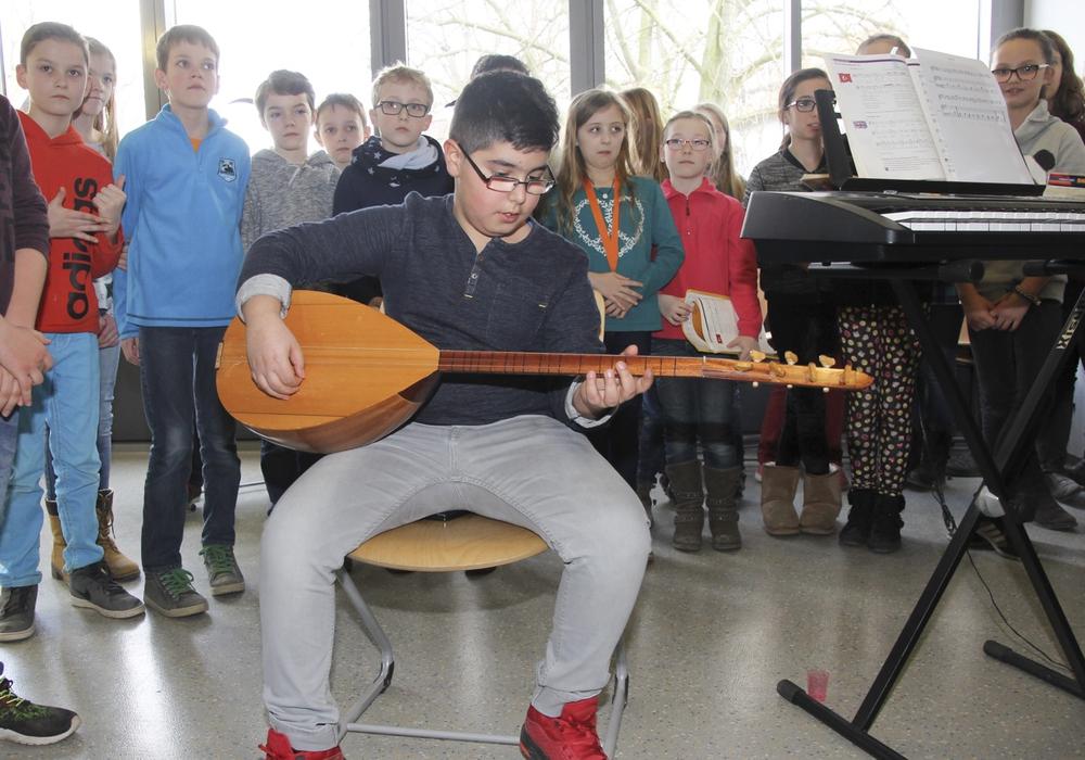 Der zehnjährige Hasret Gülsen spielt auf seiner Saz. Foto: Privat