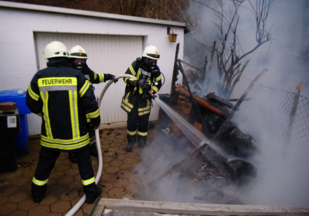 Ein Schuppen in Oker geriet am Samstag in Brand. Foto: Feuerwehr Oker