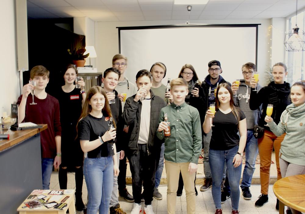 Die gewählten Mitglieder des Jugendparlaments feierten mit Caroline Wollenberg von der Stadtjugendpflege (1.v.r.) in der Veränder.Bar die Wahlergebnisse. Foto: Nino Milizia