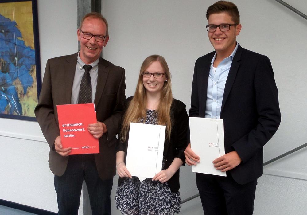Glückwünsche zur bestandenen Abschlussprüfung gab es vom Städtischen Direktor Karsten Bock (li.) für Svenja Janietz und Patrick Wahl. Foto: Stadt Schöningen