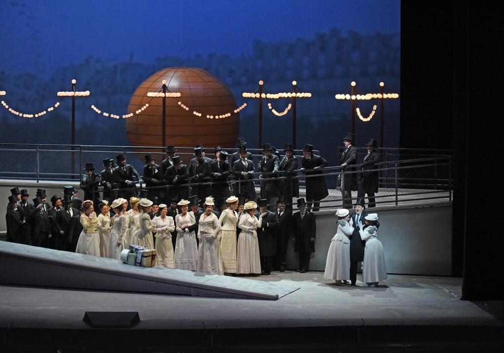 "Eine Szene aus Massenets ""Manon"". Foto: Karen Almond"