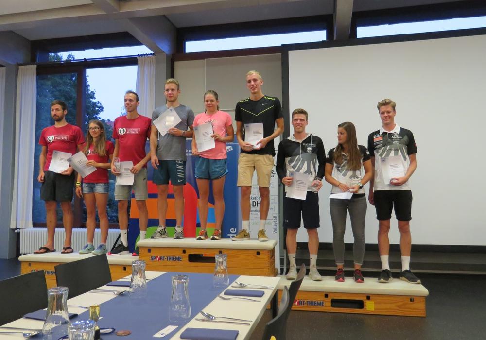 Die Gewinnerinnen und Gewinner der Teamwettkämpfe bei der Siegerehrung. Fotos: Ostfalia