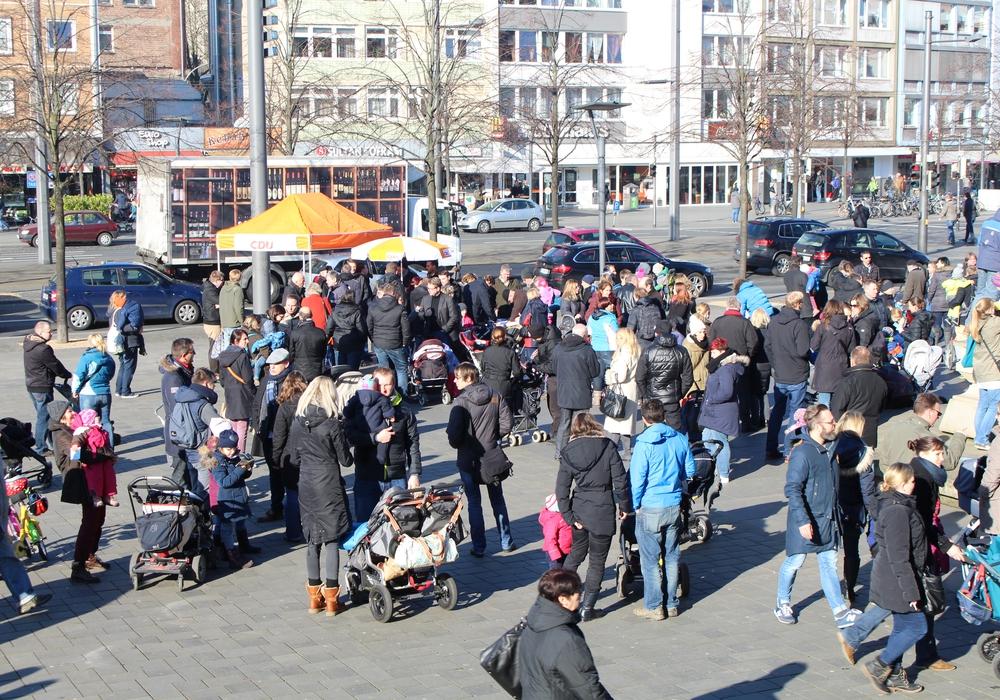 Eltern versammelten sich auf dem Schlossplatz. Fotos: Jan Borner