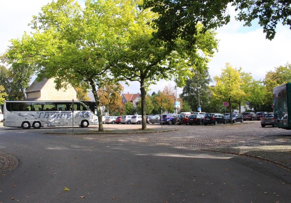 Noch sind die Parkplätze an der Kaiserpfalz nutzbar, die CDU-Ratsfraktion sieht trotzdem schon jetzt Handlungsbedarf und fordert die Ausarbeitung eines Parkraumkonzeptes für Goslar. Foto: Anke Donner