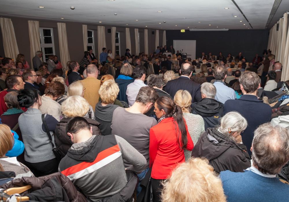 Zu klein für die Krankenhaus-Debatte: Schulter an Schulter standen die Zuhörer bis in die letzte Ecke des Veranstaltungsraumes im Schiefer. Foto: Alec Pein