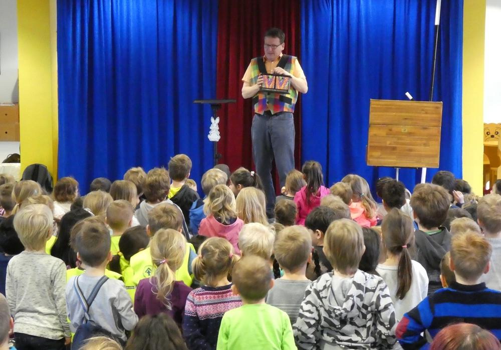 Zauberkünstler Frank Wessels begeisterte die Zuschauer mit einer Zauber-Show. Foto: Stadt Salzgitter