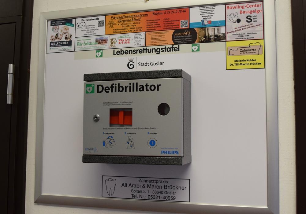 Die Werbetafel hinter dem Defibrillator zeigt, wer das Gerät in der Stadtverwaltung ermöglicht hat. Foto: Stadt Goslar
