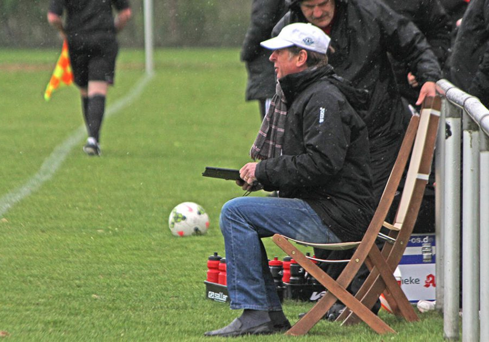 Vollblut-Trainer bei jedem Wetter: Uwe Erkenbrecher. Foto: Vollmer