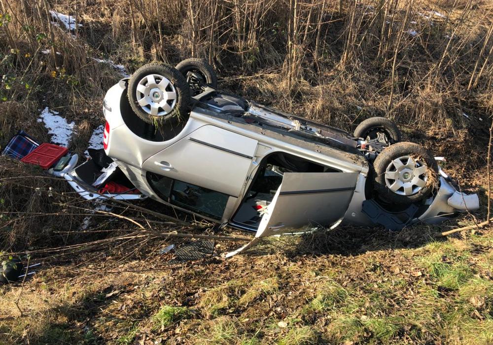 Das Auto lag bei Eintreffen der Rettungskräfte auf dem Dach. Foto: Feuerwehr Helmstedt