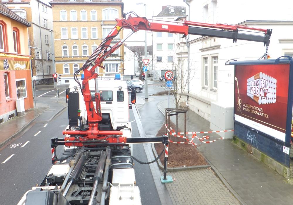 Die Tafel drohte auf den angrenzenden Gehweg zu stürzen. Foto: Feuerwehr Braunschweig