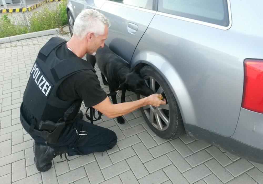 Polizei findet illegale Waffe bei Verkehrskontrolle. Symbolfoto: Polizei