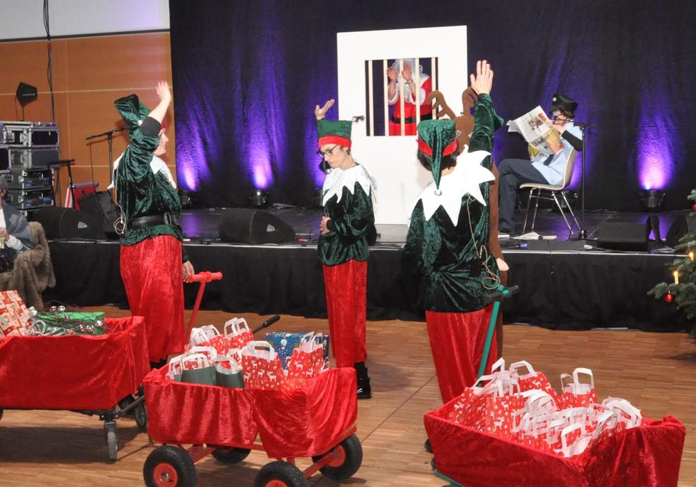 Lebenshilfe-Mitarbeiter führten ein weihnachtliches Theaterstück auf. Foto: Lebenshilfe