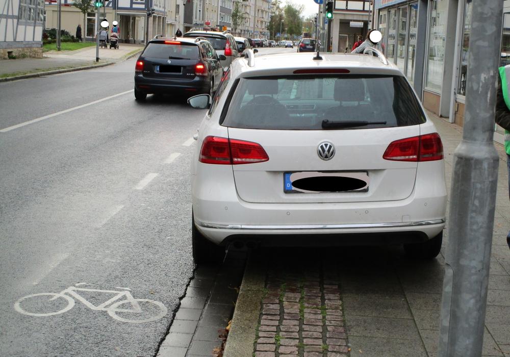 In der Fußgängerzone  wurde auf die Gefahren durch das Parken auf Geh- und Radwegen aufmerksam gemacht. Foto: ADFC