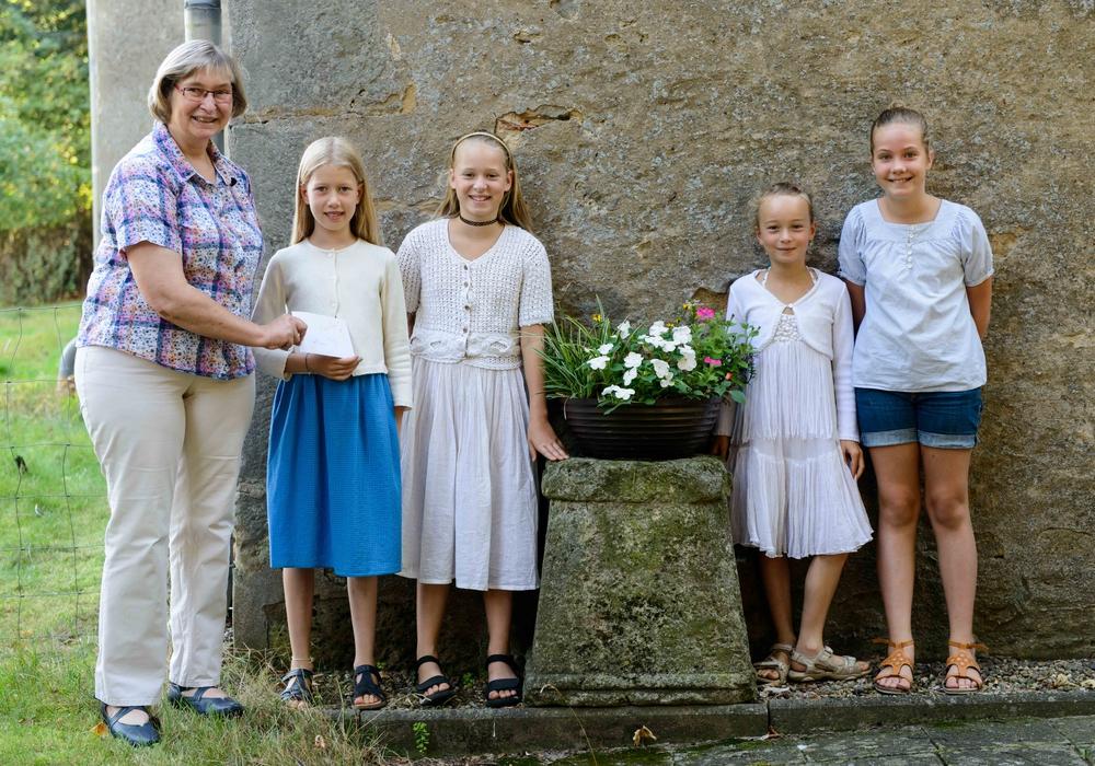 Angelika Krüger freute sich über die Spende der vier Mädchen. Foto: Evangelisch-lutherischer Kirchenkreis Peine.
