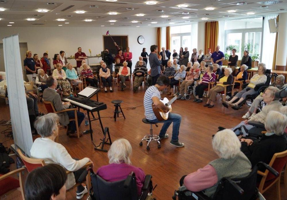 """""""Klang und Leben"""": Die professionellen Musiker musizieren gemeinsam mit dementen Menschen und greifen im Gespräch Erinnerungen auf. Foto: BBG"""