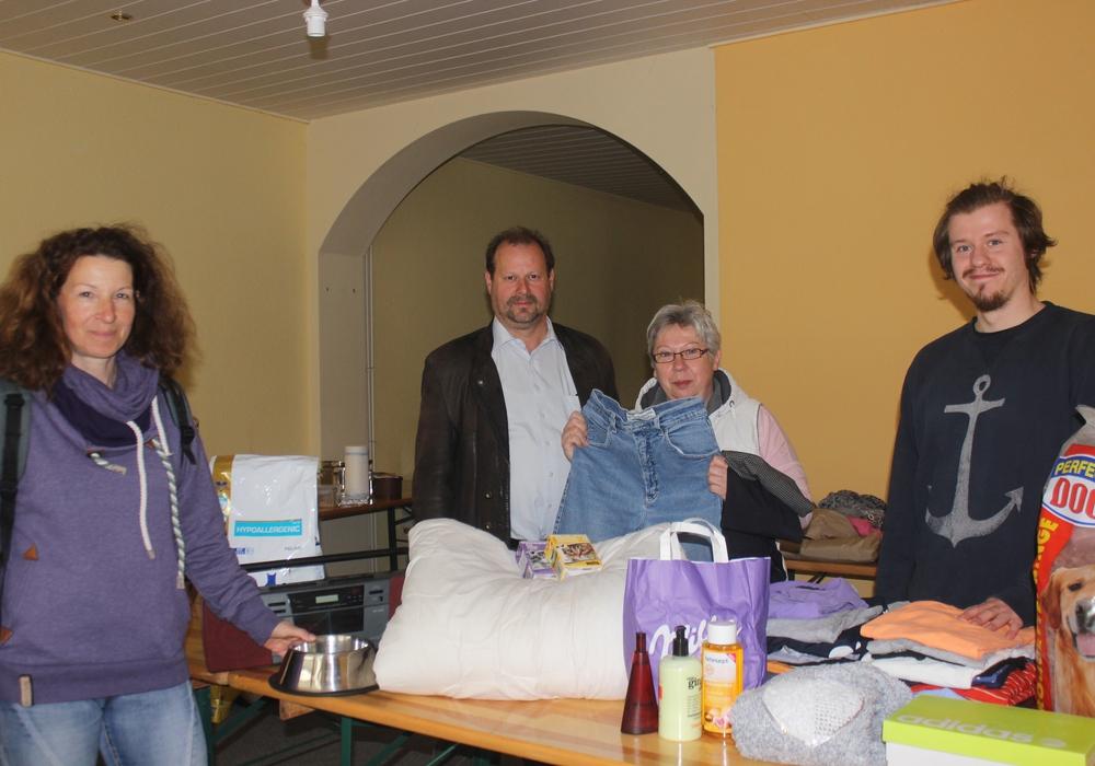 Kathrin Zater, Gerald Soest, Carolin und Lennart-Maximilian-Himmelspach in dem Laden in der Kommißstraße. Dort  können Spenden abgegeben werden. Fotos: Anke Donner
