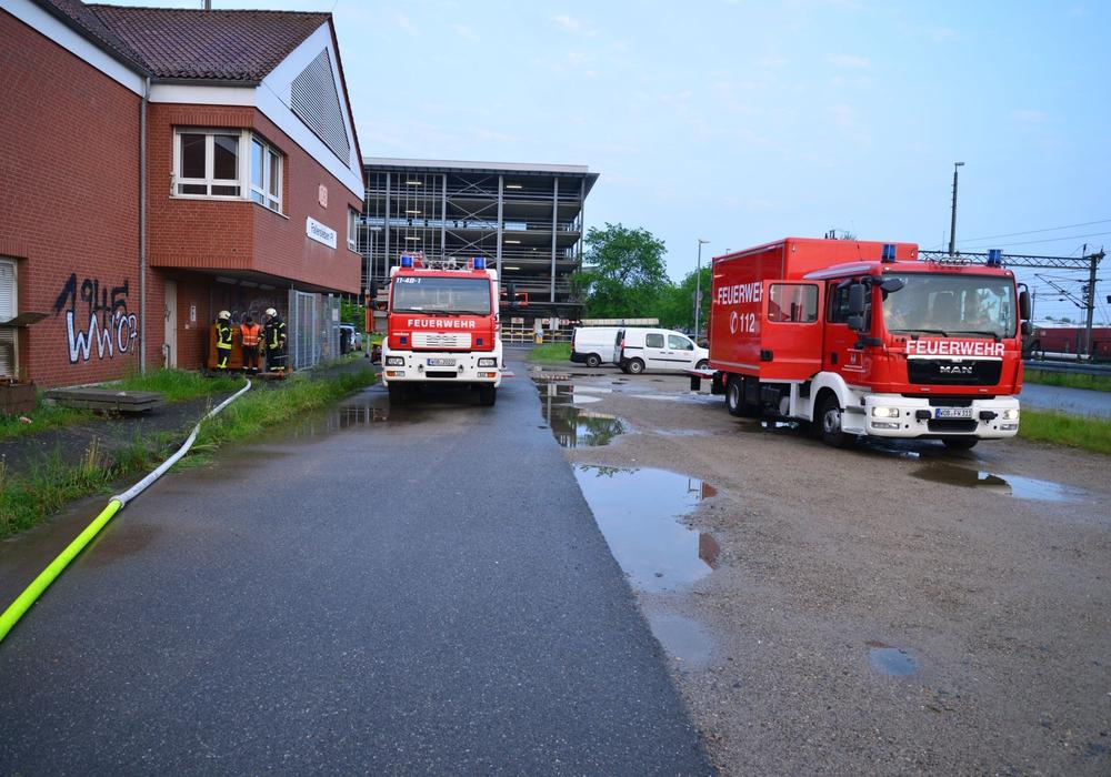 Am Stellwerk in Fallersleben musste die Freiwillige Feuerwehr heute Nacht den Keller auspumpen. Fotos: FFW Fallersleben