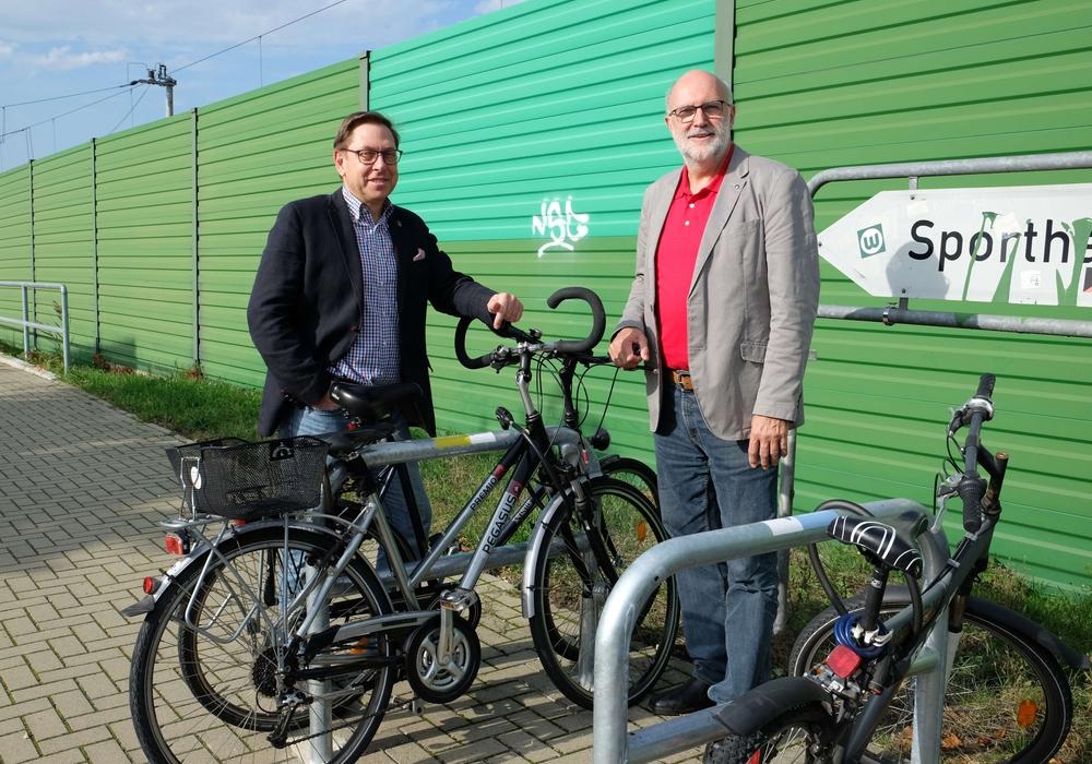 Bürgermeister Thomas Goltermann und Verbandsvorsitzender Detlef Tanke überzeugten sich am Bahnhof, dass die Bügel schon rege genutzt werden. Foto: Regionalverband Braunschweig