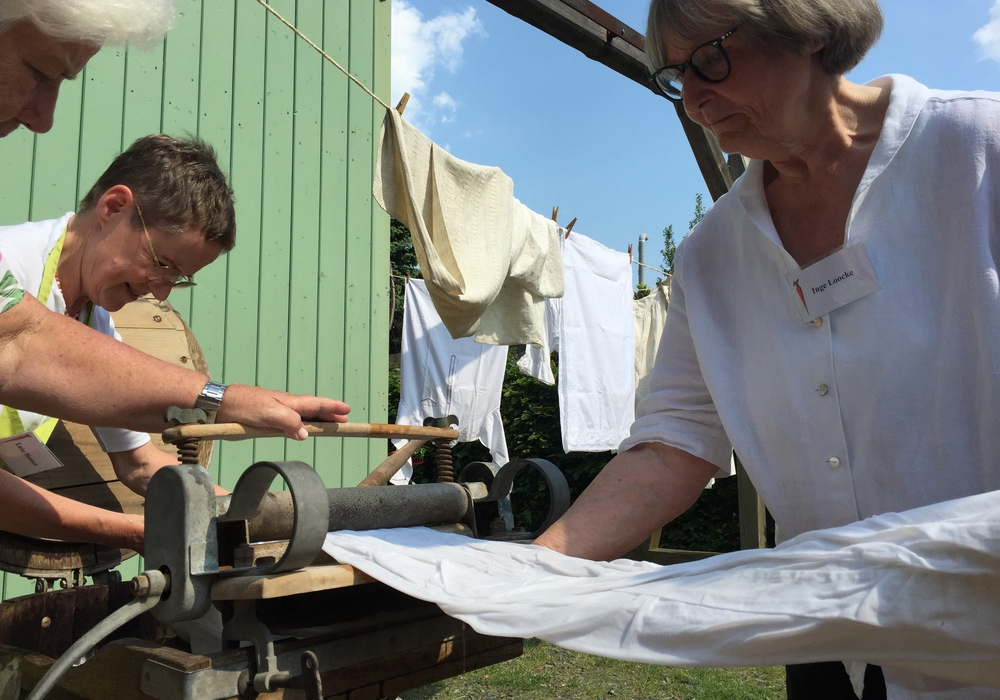 Marion Henssen und Inge Loocke zeigen, wie um 1898 die Wäsche gewaschen wurde. Fotos: Anke Donner