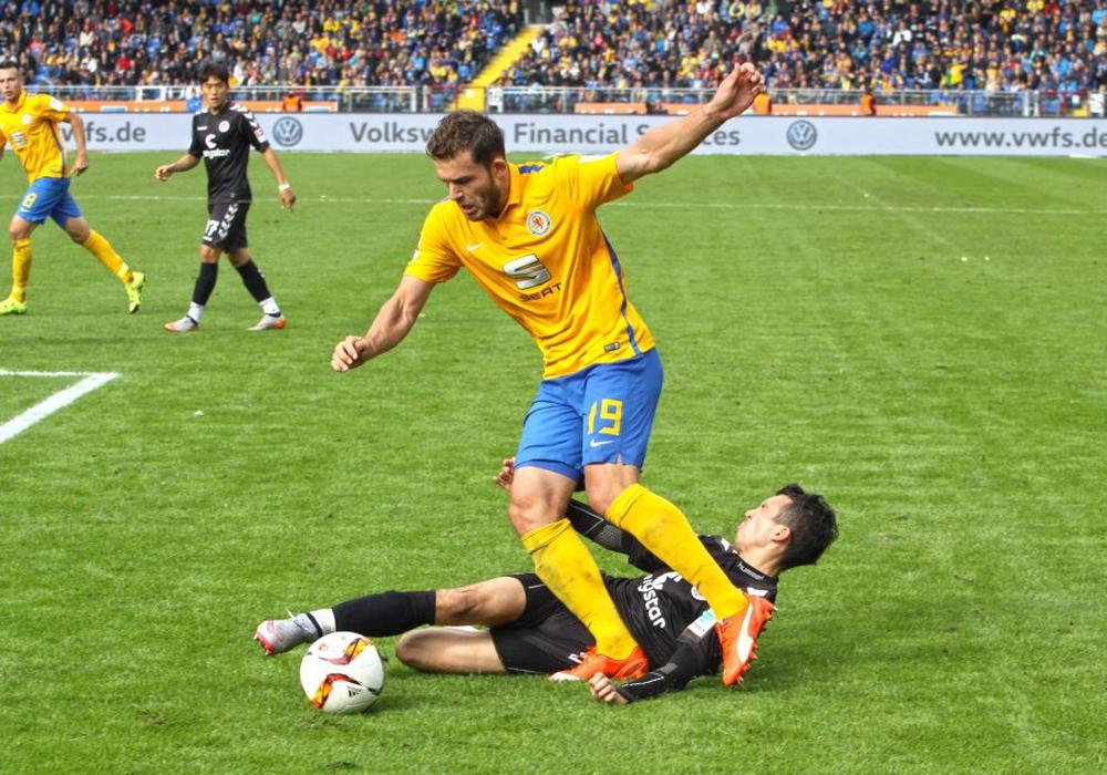 In der Vergangenheit oftmals enge Spiele: Eintracht Braunschweig gegen den FC St. Pauli. Foto: Bernhard Grimm